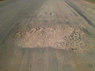 Buraco enorme ao meio da rodovia BR-163