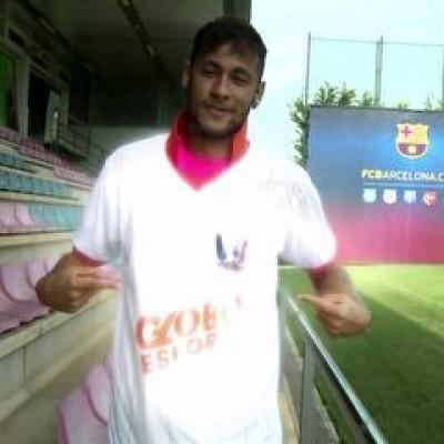 "Neymar lamenta ""pedrada"", mas veste camisa do Inacreditável Futebol Clube"