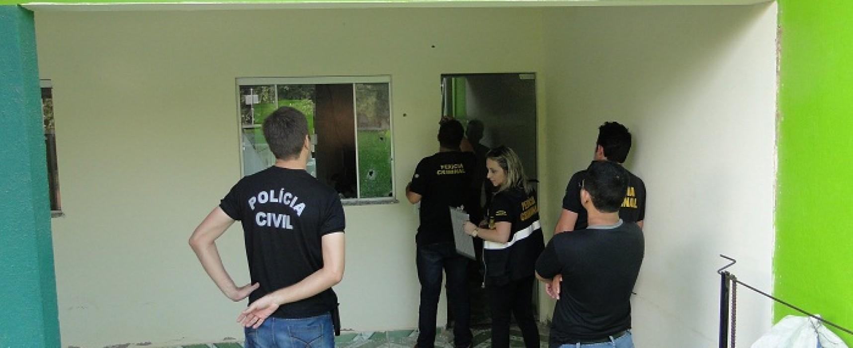 Peritos da Civil fazem pericia na casa do Sec. Do Meio Ambiente que foi alvejada por tiros na madrugada dessa terça-feira