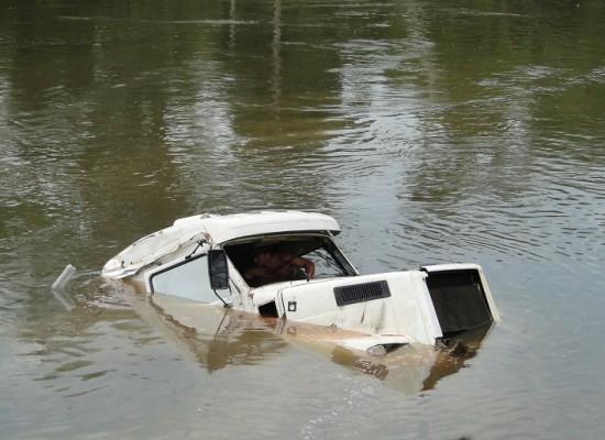 Caminhão cai da balsa e afunda no rio jamanxim