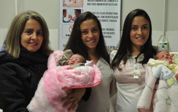 Clenir, mãe das gêmeas, ganhou presente duplo no dia da avó em Içara (Foto: Lucas Lemos/Hospital São Donato)