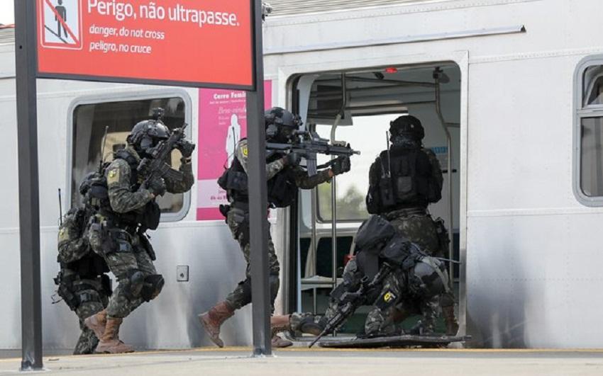 LUCIANO BELFORD/FRAMEPHOTO/FRAMEPHOTO/ESTADÃO CONTEÚDO O exército Brasileiro durante simulação de ataque terrorista na estação de trem de Deodoro, no Rio de Janeiro