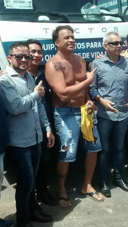 Wlad apareceu em evento oficial de bermuda, sem camisa e com uma lata de cerveja nas mãos. Foto: reprodução/Facebook