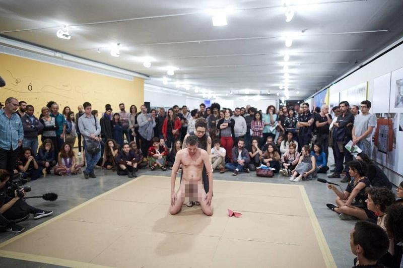 Protesto contra performance polêmica termina em agressão em São Paulo