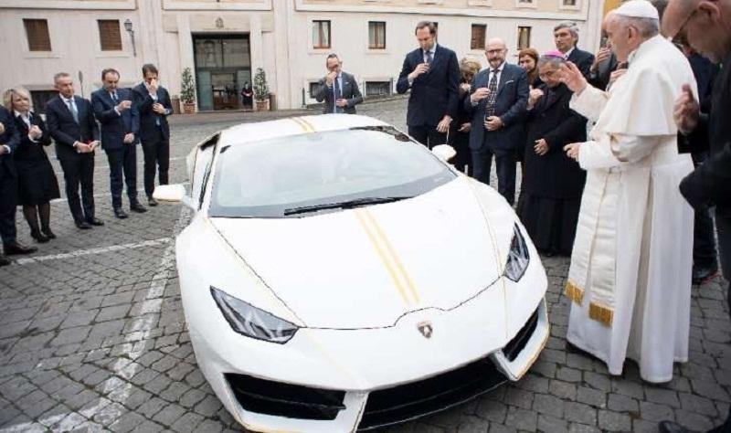 Papa leiloa Lamborghini que tinha recebido como presente