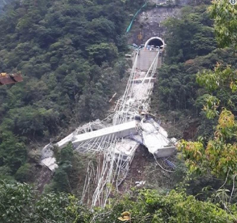 Ponte em construção cai e mata pelo menos nove trabalhadores