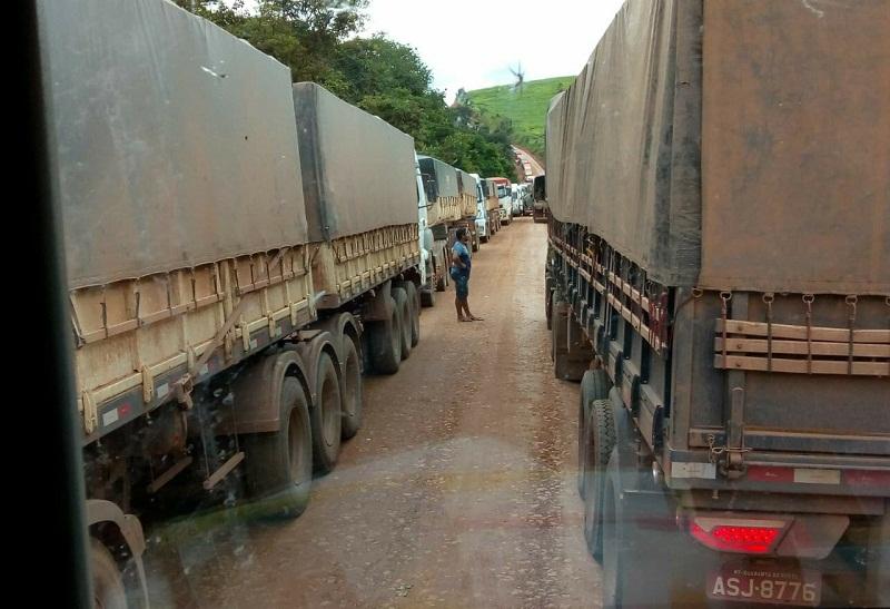 Motoristas aguardam na rodovia liberação para trafegar (Foto Adelar Belling para Jornal Folha do Progresso)
