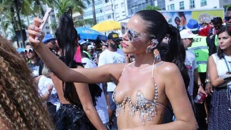 b4adfe636 Bruna Marquezine usa sutiã  revelador  no Bloco da Favorita – Folha ...