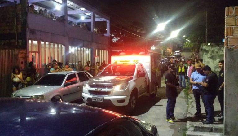 Polícia localizou os corpos em uma área na rua I do bairro Armando Mendes   Foto: Elias Pedroza