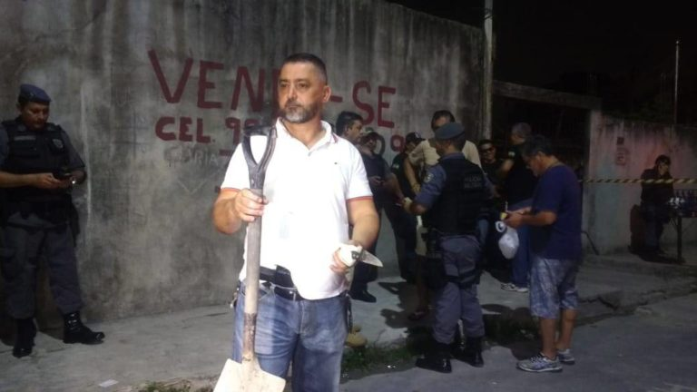 Delegado Orlando Amaral segurando a faca utilizada no crime   Foto: Elias Pedroza