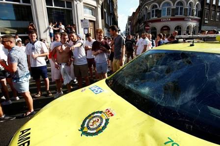 Ambulância danificada pela ação de torcedores ingleses em Londres Ambulância danificada pela ação de torcedores ingleses em Londres Foto: Reuters