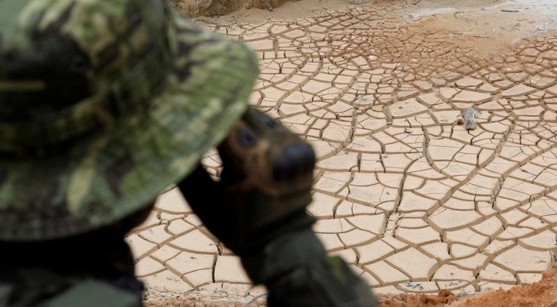 Um agente do Ibama patrulhando uma mina de cassiterita ilegal durante uma operação em parques nacionais nas proximidades do município de Novo Progresso, no Estado do Pará, em 4 de novembro de 2018. RICARDO MORAES REUTERS