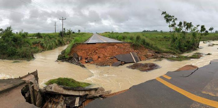 Chuvas intensas castigam Paragominas e trecho da rodovia PA-256 não suportou a força da correnteza Chuvas intensas castigam Paragominas e trecho da rodovia PA-256 não suportou a força da correnteza (Nathália Mello / Secom)