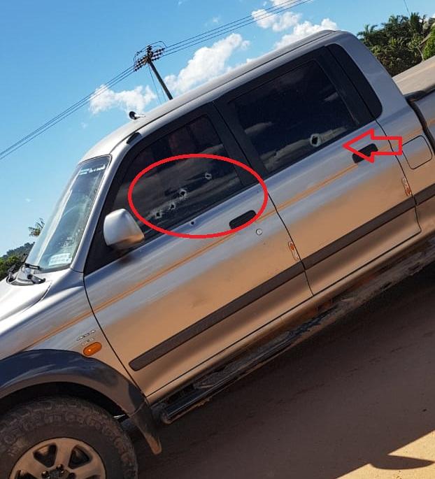 As marcas dos tiros são visíveis no veículo da vítima. (Reprodução)