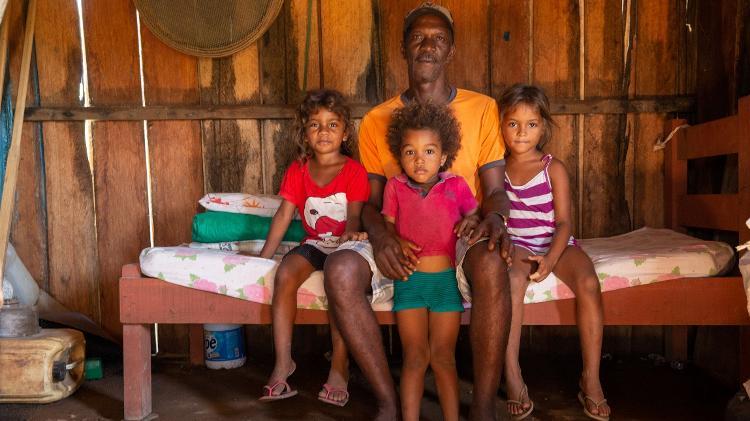 Agricultor Antônio Alves, ocupante da 1.200, posa com os netos; casa onde moram foi alvo de disparos de espingarda em abril deste ano Imagem: José Cícero da Silva/Agência Pública...