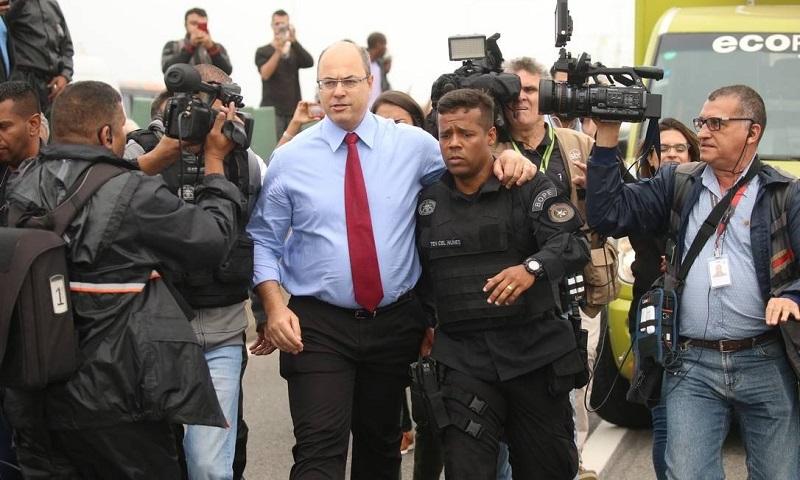 Witzel chega ao local do sequestro após a ação Foto: Fabiano Rocha / Agência O Globo