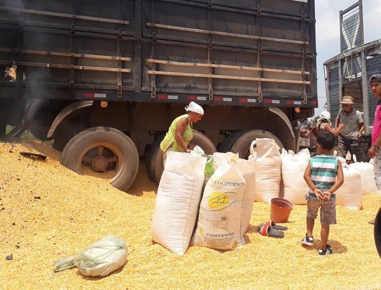 Populares Sagueando a carga de milho (Foto:Jornal Folha do Progresso)