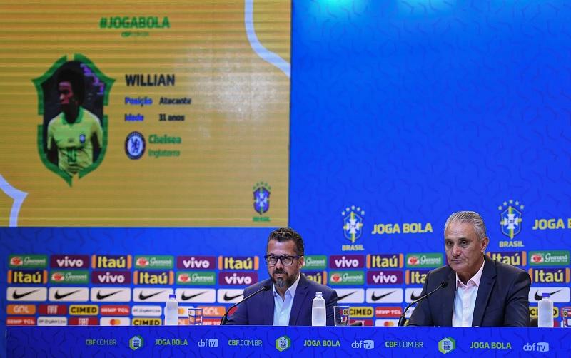 Telão mostra ficha de Willian na convocação da seleção brasileira de Tite — Foto: Pedro Martins / MowaPress