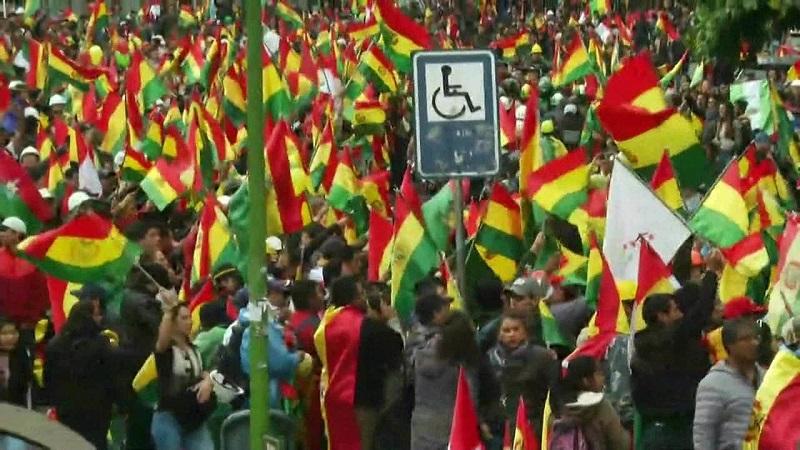 Opositores de Evo Morales comemoram renúncia do presidente neste domingo (10) nas ruas de La Paz — Foto: Juan Karita/AP
