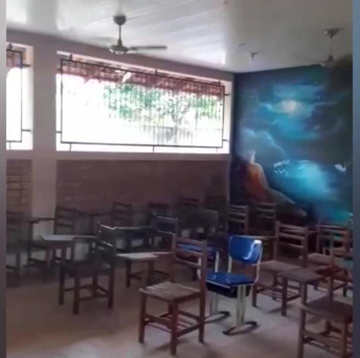 Escolas sem carteiras suficientes para a quantidade de alunos em Mojuí dos Campos