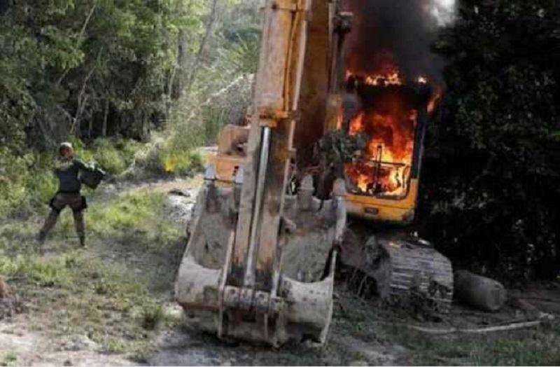 Fiscal Ambiental atea fogo em maquina(Foto:Via WhatsApp)