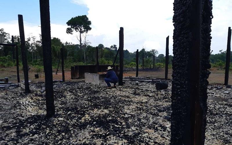Casa foi destruída com fogo na operação do ICMBio (Foto:Ricardo Foresti- Jornal Folha do Progresso)