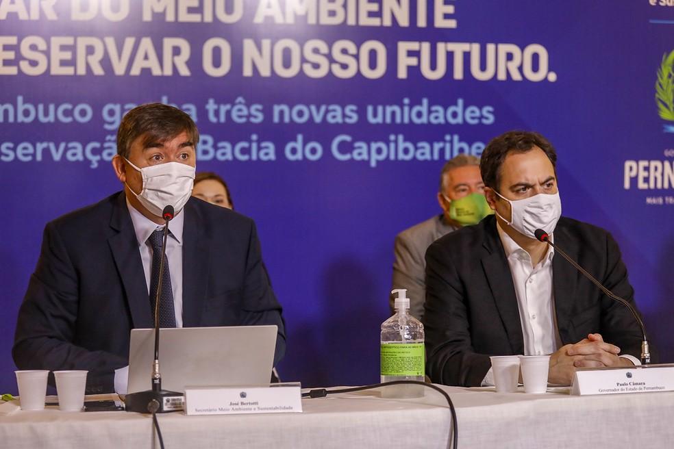 Secretetário de Meio Ambiente e Sustentabilidade, José Bertotti, governador do estado, Paulo Câmara (PSB), em coletiva concedida na quarta-feira (16) — Foto: Douglas Fagner/SEI