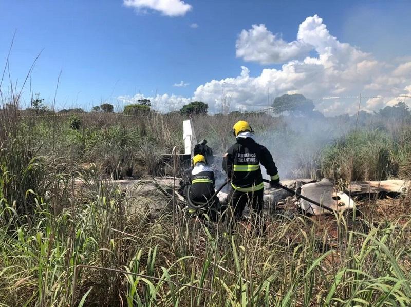 Avião pegou fogo logo após cair em Porto Nacional — Foto: Corpo de Bombeiros/Divulgação