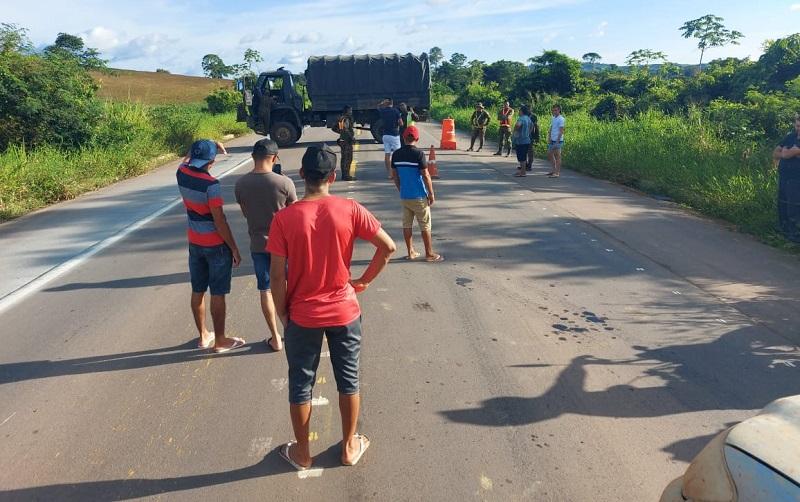 Exercito bloqueou a rodovia com veiculo (Foto:Via WhatsApp)