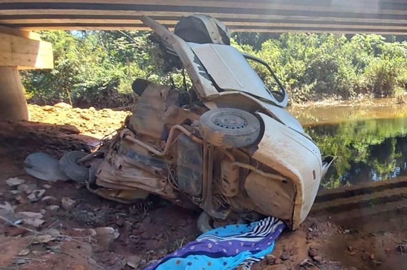 Fiat Siena que caiu, na segunda ponte do rio Braço Norte, na MT-419, que liga Guarantã do Norte a Novo Mundo.