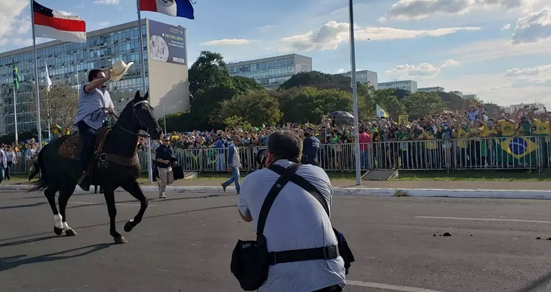 Bolsonaro montou a cavalo diante da multidão na Esplanada dos Ministérios – Foto: PMDF.