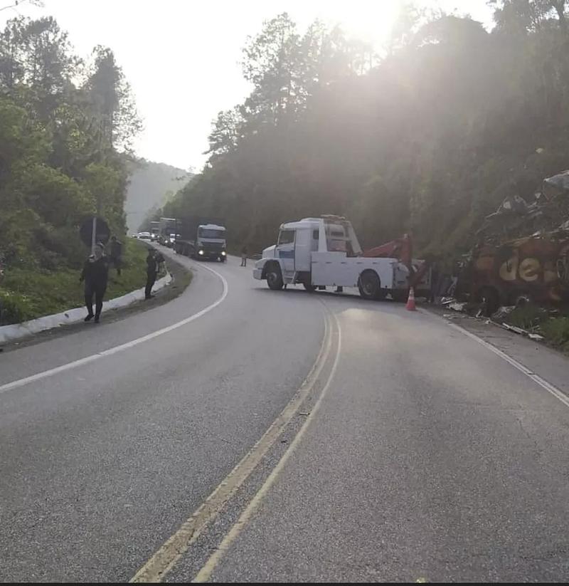 Ônibus da banda sendo retirado da pista nesta segunda-feira (13) — Foto: Polícia Rodoviária Federal/Divulgação